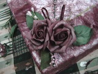 اعلى واسفل بعدها التزين كانت عندي الورود كبيرة شوي فقصيتها