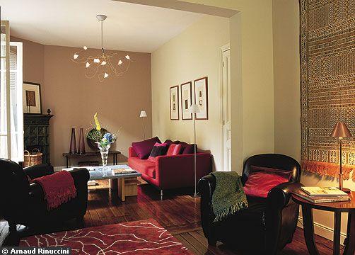 carrelage marron un mur rouge des meubles blancs laqu s et les autres murs. Black Bedroom Furniture Sets. Home Design Ideas