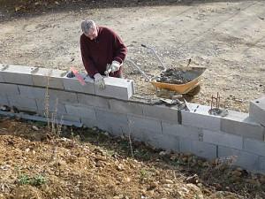 Construire un mur de cl ture en parpaings en 8 tapes for Monter un garage en parpaing